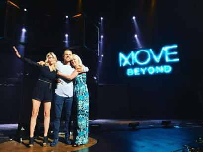 """Another adorable moment after the show tonight with @derekhough @marabethpoole and @marriannhough #derekhough #move #movetour #movelive #movebeyond #dwts #dancingwiththestars #wod #worldofdance"" Courtesy jordanjobeth ig"